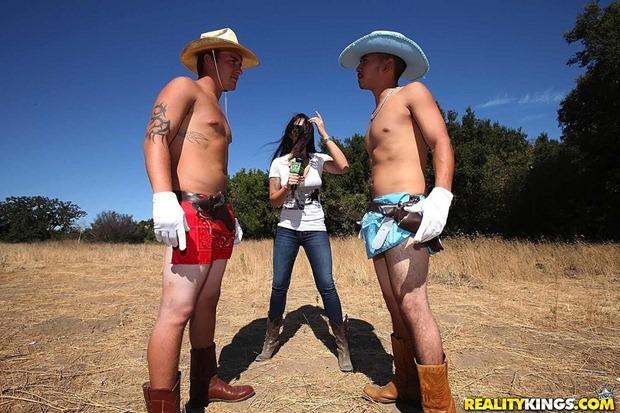 amateur-threesome-lesbian-2
